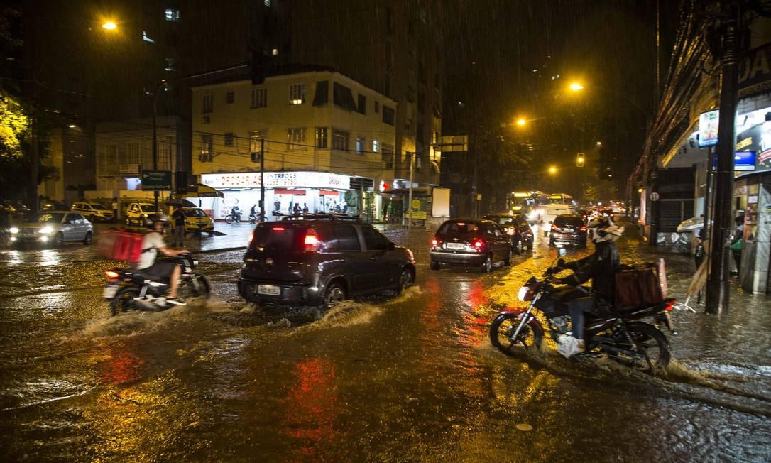 Rapidamente, após o início do temporal, a Rua das Laranjeiras ficou alagada Foto: Guito Moreto / Agência O Globo