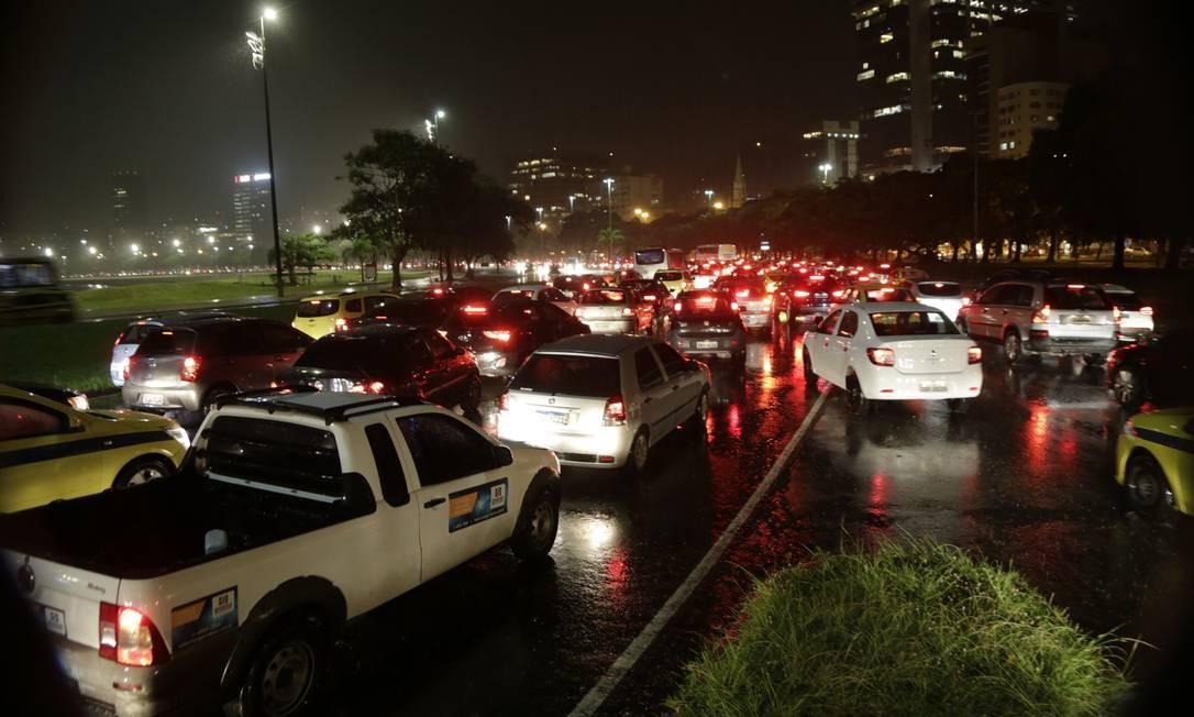 Na enseada de Botafogo e no Aterro do Flamengo, trânsito deu um nó Foto: Alexandre Cassiano / Agência O Globo