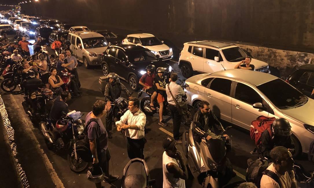 No Túnel Rebouças, o trânsito deu um nó; via foi fechada no sentido Lagoa Foto: guito Moreto