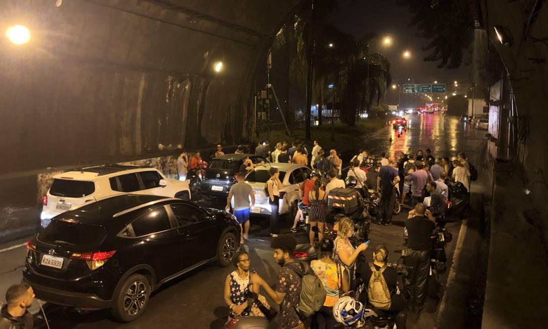 No Túnel Rebouças, trânsito parou e motoristas ainda tiveram que lidar uma cachoeira dentro do túnel Foto: Guito Moreto / Agência O Globo