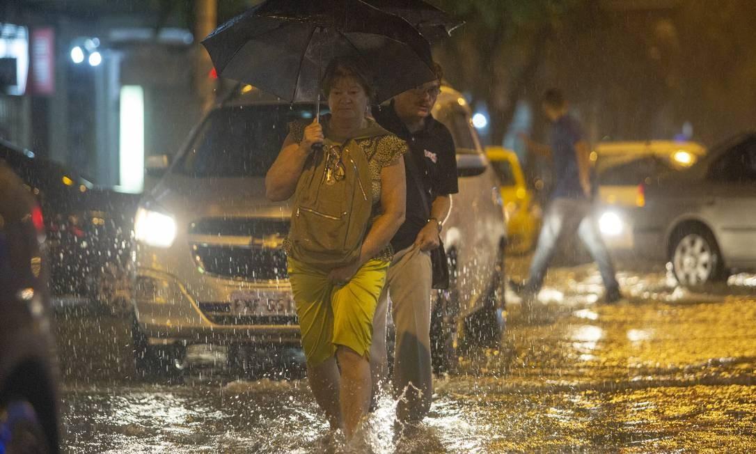 Enchente / chuva em copacabana Foto: Bruno Kaiuca / Agência O Globo