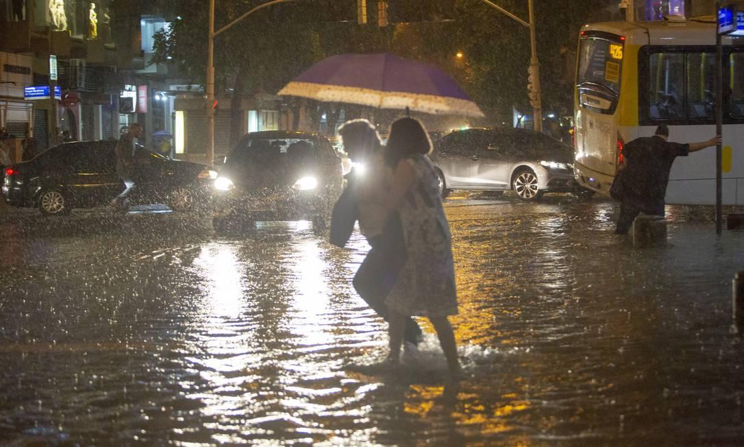 Ri - Rio de Janeiro-RJ 08/04/2019 - enchente / chuva em copacabana -  Foto: Bruno Kaiuca/Agencia O Globo Foto: Bruno Kaiuca / Agência O Globo