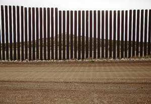 Cerca que marca a fronteira que divide Estados Unidos e México, em Columbus, no estado do Novo México Foto: CAITLIN O'HARA / NYT