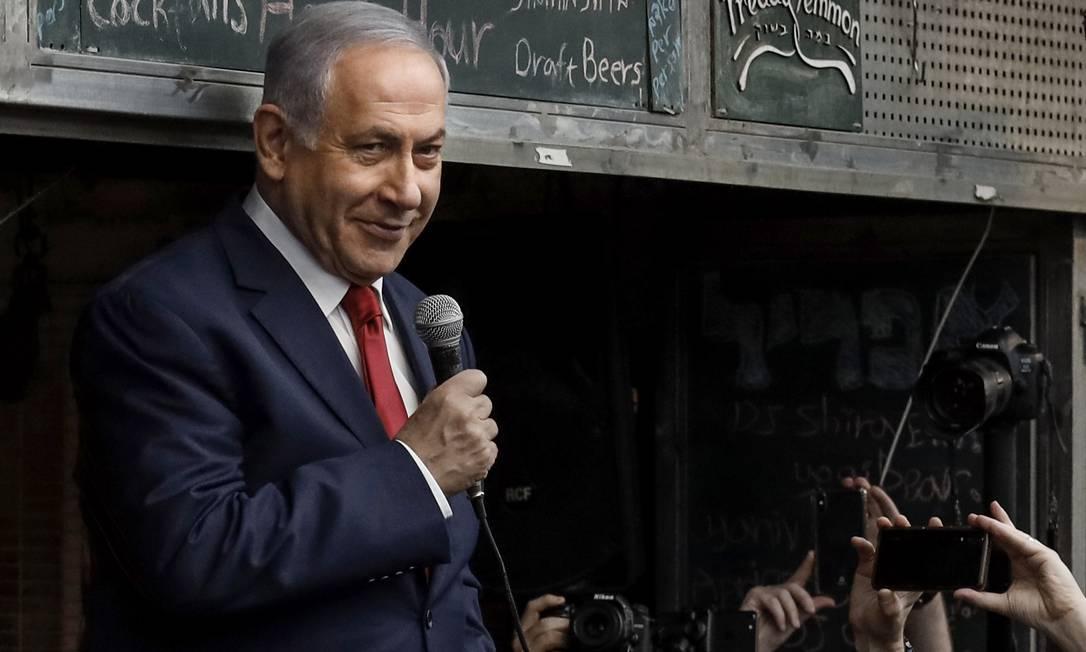 Retórica do medo. Netanyahu discursa no mercado central de Jerusalém no último dia de campanha: premier procura vender a ideia de que é o único capaz de proteger país dos inimigos Foto: THOMAS COEX / AFP