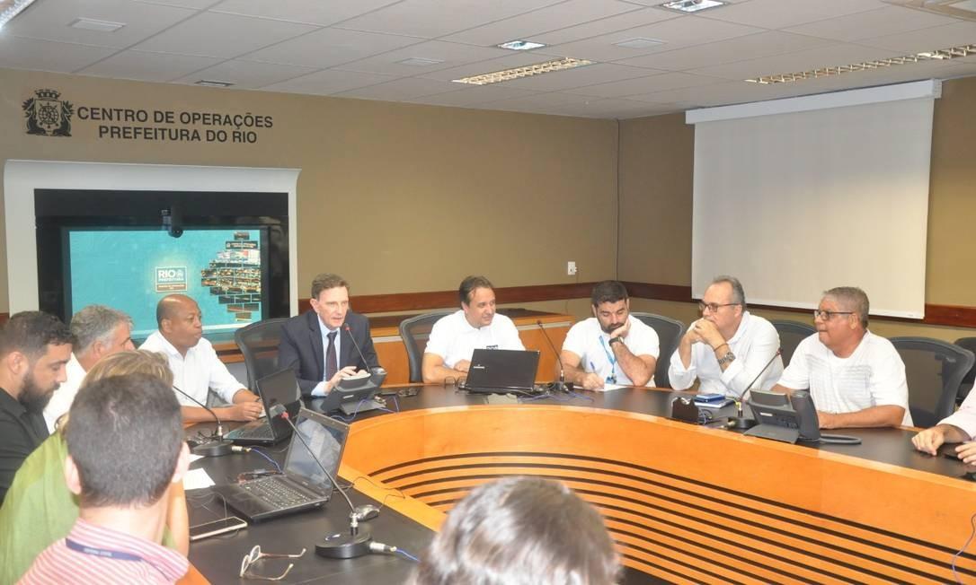 Cinco horas após início a da chuva, Crivella foi ao Centro de Operações Foto: Prefeitura / Divulgação