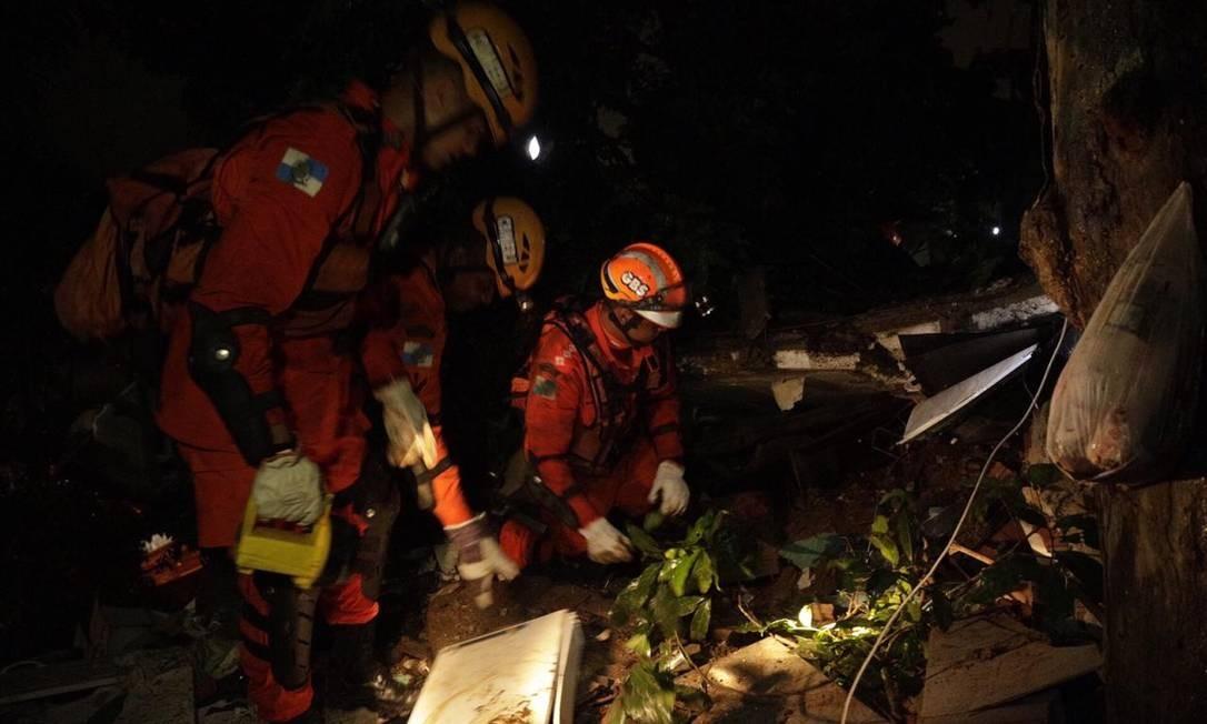 Comunidade ficou sem luz durante o temporal Foto: Gabriel Monteiro/Agência O Globo