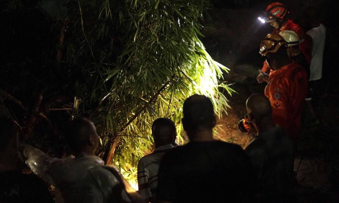 Uma árvore caiu sobre uma casa e uma moradora morreu no local Foto: Gabriel Monteiro/Agência O Globo