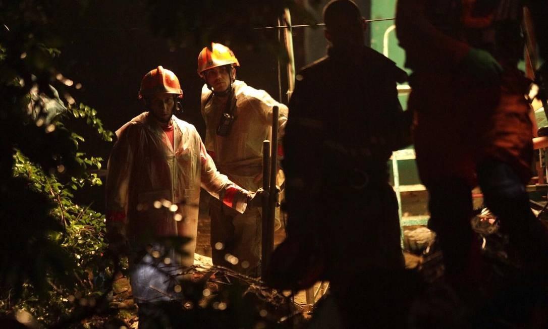 Deslizamento de terra atingiu o Morro da Babilônia, no Leme Foto: Gabriel Monteiro/Agência O Globo