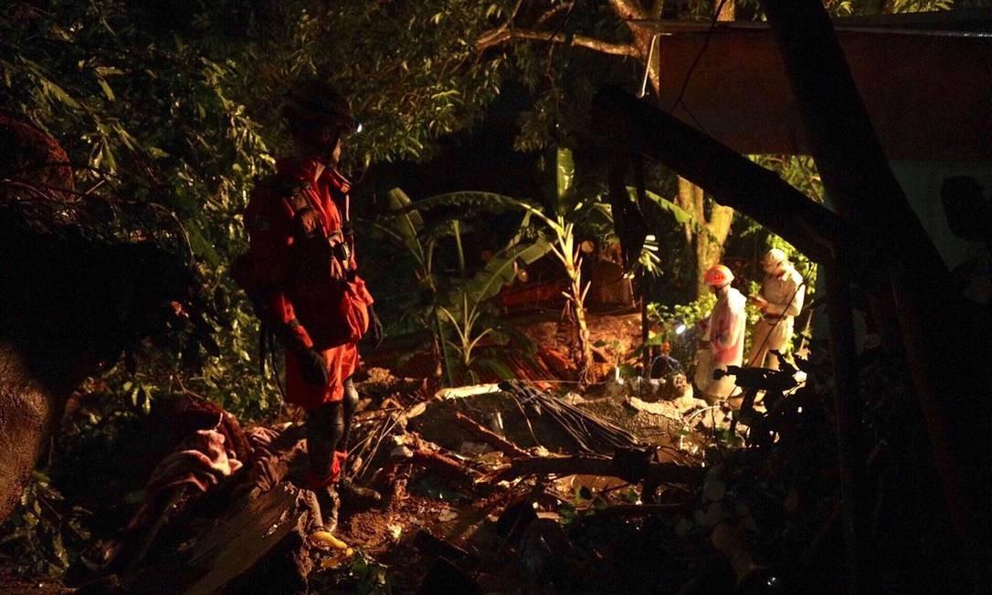 Bombeiros procuram por terceira vítima do deslizamento na comunidade Foto: Gabriel Monteiro/Agência O Globo