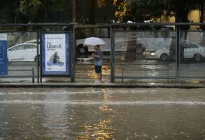 Homem fica ilhado em ponto de ônibus da Avenida Presidente Vargas, no Centro Foto: Gabriel Paiva / Agência O Globo