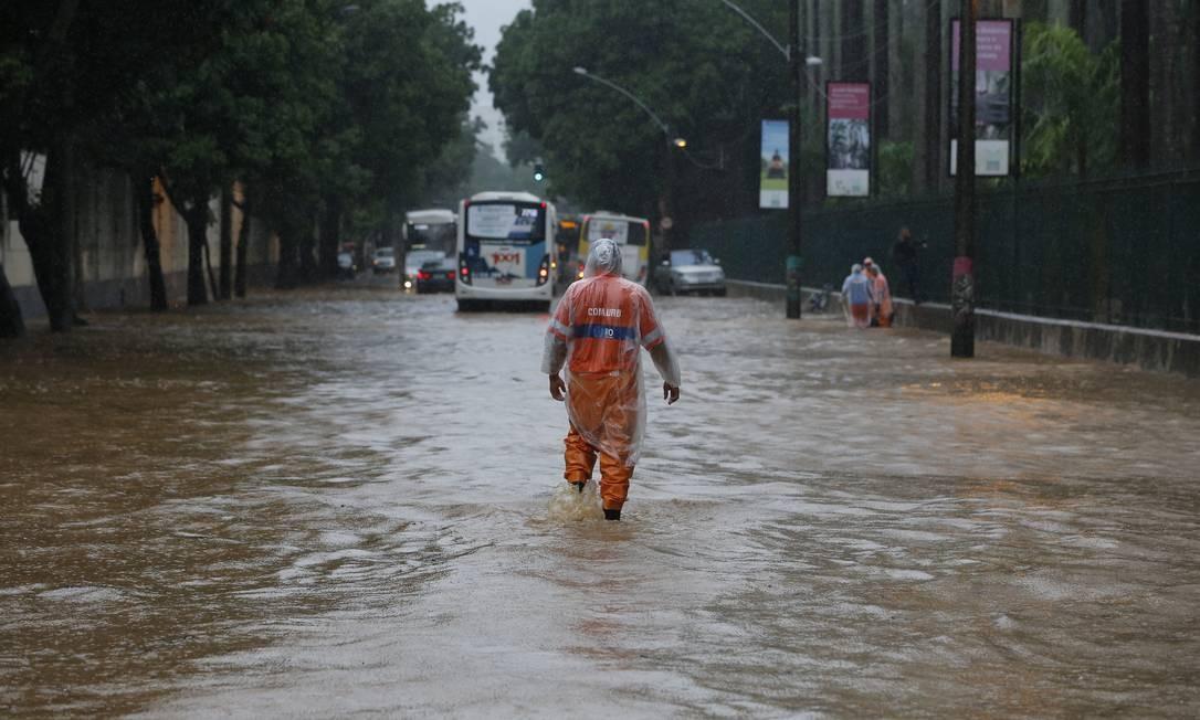 Na manhã desta terça-feira, a chuva forte voltou a provocar alagamentos na Rua Jardim Botânico Foto: Pablo Jacob / Agência O Globo