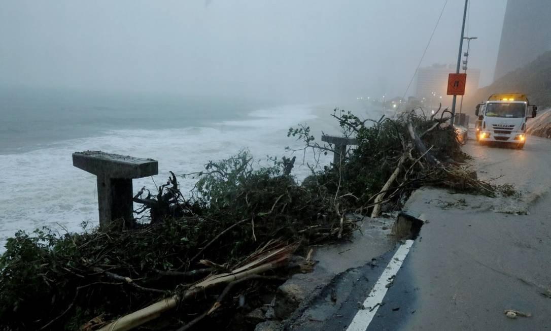 Mais um trecho da ciclovia Tim Maia, na Av.Niemeyer, desaba devido ao temporal Foto: Sérgio Moraes / Sérgio Moraes - Reuters