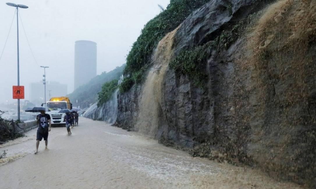 Devido à chuva, a Av.Niemeyer, em São Conrado, foi interditada ao tráfego nos dois sentidos, obrigando as pessoas a caminharem pela via alagada Foto: Sérgio Moraes - Reuters
