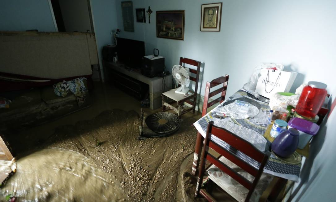 MUita lama e água das chuvas atingiu casas na comunidade, no Leme Foto: Gabriel Paiva / Agência O Globo