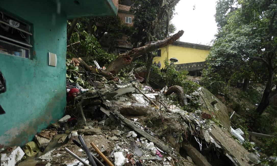 O forte temporal que caiu durante a madrugada causou fortes estragos no Morro da Babilônia, onde um deslizamento atingiu uma casa, causando a morte de duas mulheres Foto: Gabriel Paiva / Agência O Globo