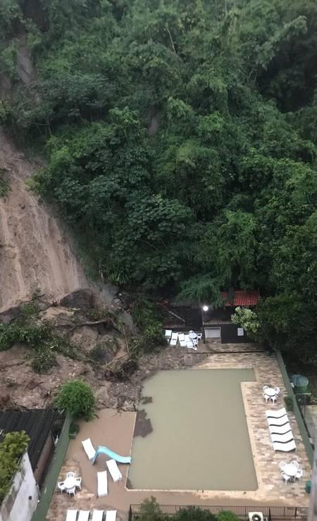 Parte da encosta que deslizou, no Morro da Babilônia, atinge a piscina de uma casa Foto: Carol Knoploch / Agência O Globo