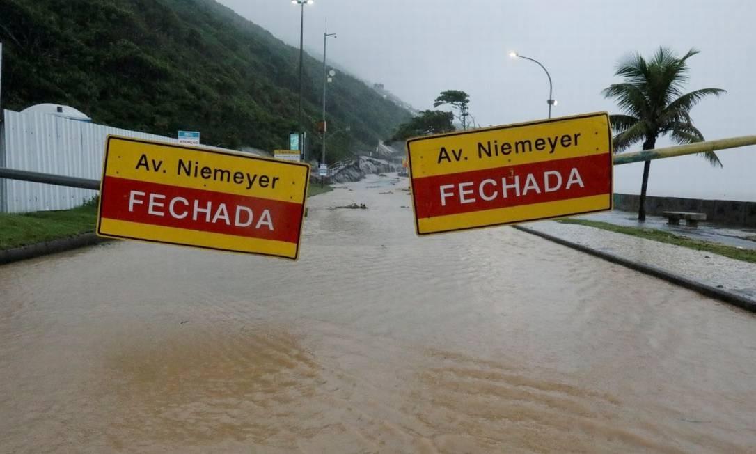 Devido ao grande volume de chuva que caiu sobre a cidade, a Av.Niemeyer foi interditada, assim como o Alto da Boa Vista e a Estrada Grajaú-Jacarepaguá Foto: Sérgio Moraes - Reuters