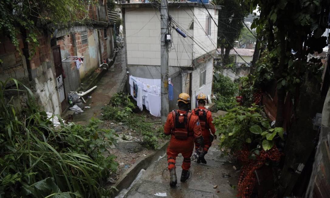 Equipes dos Bombeiros ainda continuam os trabalhos de busca no Morro da Babilônia Foto: Gabriel de Paiva / Agência O Globo