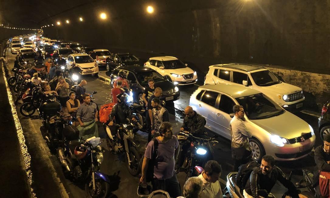Centenas de pessoas presas no Túnel Rebouças durante a madrugada Foto: Guito Moreto