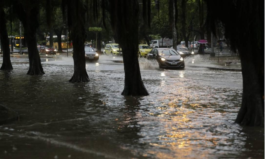 Motoristas enfrentam muita água para passar por trecho da Praia de Botafogo Foto: Gabriel de Paiva - Agência O Globo