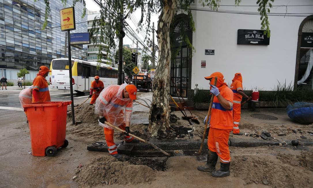 Garis limpam bueiro da Rua Jardim Botânico, esquina com Rua Pacheco Leão, rua que virou um verdadeiro rio com o temporal que atingiu a cidade Foto: Pablo Jacob / Agência O Globo