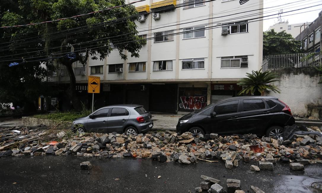 Carros foram atingidos por detritos e pedras na Rua Jardim Botânico, após as fortes chuvas que atingiram o bairro Foto: Pablo Jacob / Agência O Globo