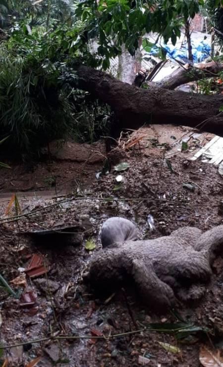 Com as fortes chuvas, muita terra e lava deslizaram sobre as casas da comunidade no Morro da Babilônia, no Leme Foto: Carol Knoploch / Agência O Globo