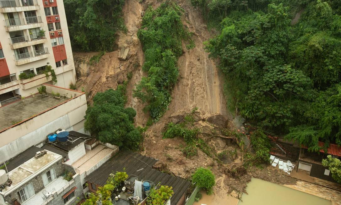 Parte do morro da Babilônia desmoronou em uma vila de casas e na piscina de um prédio na Rua Roberto Dias Lopes, no Leme Foto: Brenno Carvalho / Agência O Globo