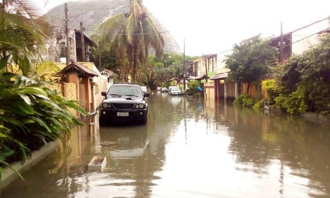 Em Vargem Pequena, na Zona Oeste da cidade, várias ruas ficaram alagadas devido às fortes chuvas que atingem a cidade e outros municípios do Estado do Rio Foto: Foto de Leitor