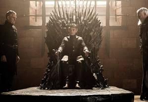 O rei Tommen sentado no Trono de Ferro, em 'Game of thrones' Foto: Divulgação