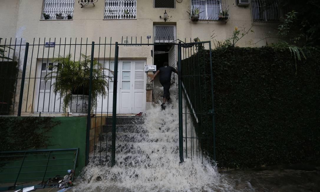 Prédio na Rua Barão de Oliveira Castro, 96, no Jardim Botânico, foi invadido pela água Foto: Pablo Jacob / Agência O Globo
