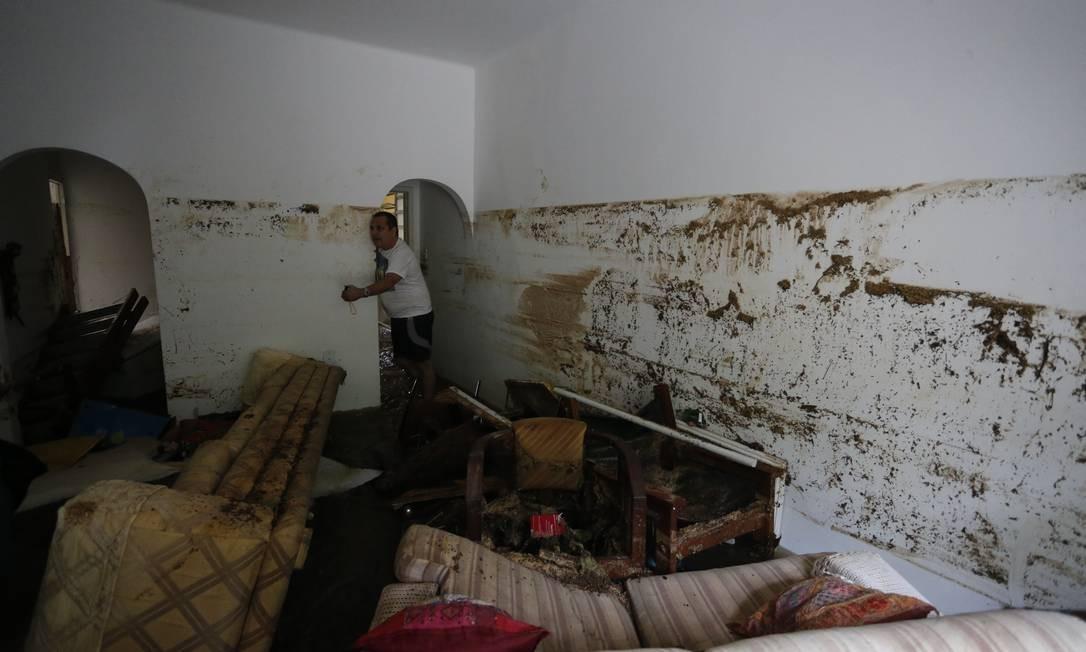 Moradores de apartamento do prédio localizado na Rua Barão de Oliveira Castro, 96, no Jardim Botânico, perderam todos os móveis. Na parede, a marca mostra que a água atingiu uma altura de cerca de 1,80m Foto: Pablo Jacob / Agência O Globo