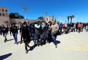 Moradores carregam caixão com corpo de combatente morto durante confrontos em Trípoli Foto: ISMAIL ZITOUNY 08-04-2019 / REUTERS