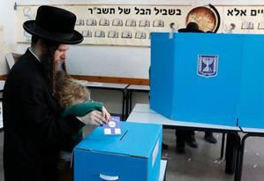 Judeu ortodoxo vota com o filho em Bnei Brak, perto de Tel Aviv Foto: AHMAD GHARABLI / AFP
