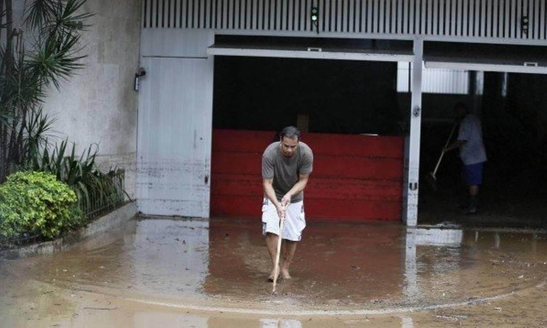Chuva forte provoca alagmentos e estragos pela cidade Foto: Pablo Jacob - Agência O Globo