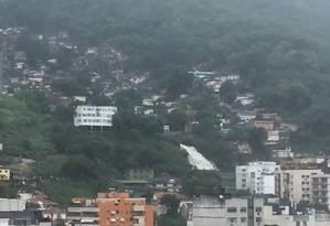 No Morro da Formiga, água despenca com velocidade Foto: Reprodução / Cláudia Siqueira