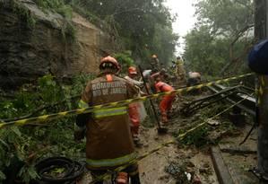 Bombeiros trabalham na via próxima ao Rio Sul onde carros foram soterrados em temporal Foto: Brenno Carvalho / Agência O Globo