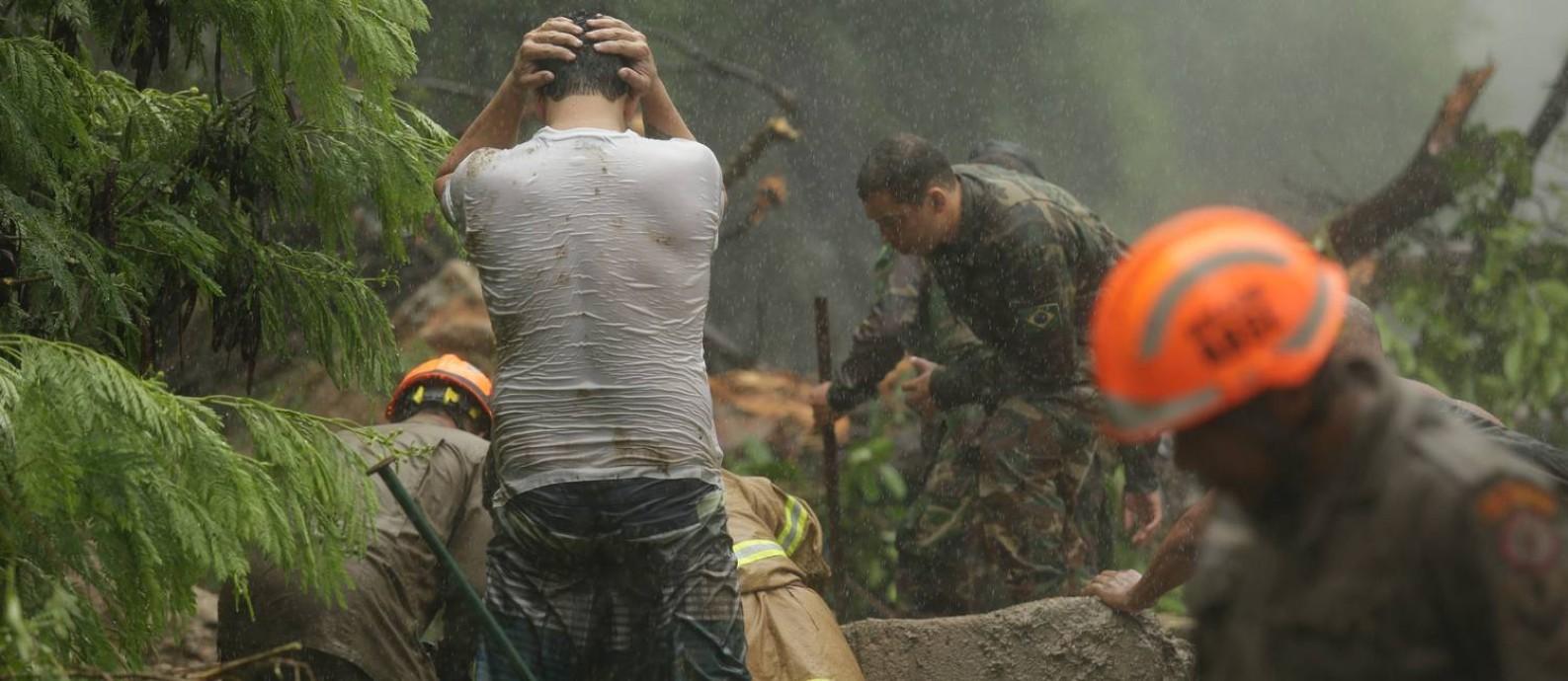 As chuvas que atingiram a Zona Sul do Rio deixou inúmeros estragos. Um deles foi na Avenida Carlos Peixoto, Botafogo, próximo ao Rio Sul, onde duas pessoas morreram. Foto: Brenno Carvalho / Agência O Globo