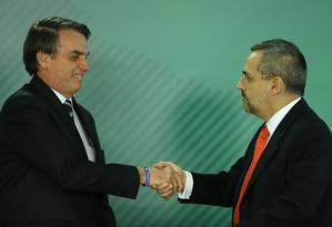 O presidente Jair Bolsonaro dá posse ao ministro de Educação, Abraham Bragança de Vasconcellos Weintraub Foto: Jorge William / Agência O Globo
