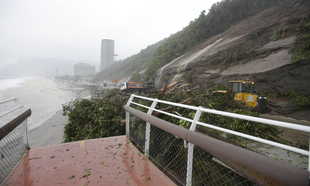Outro trecho da ciclovia Tim Maia caiu com a forte chuva. Foto: Antonio Scorza / Agência O Globo