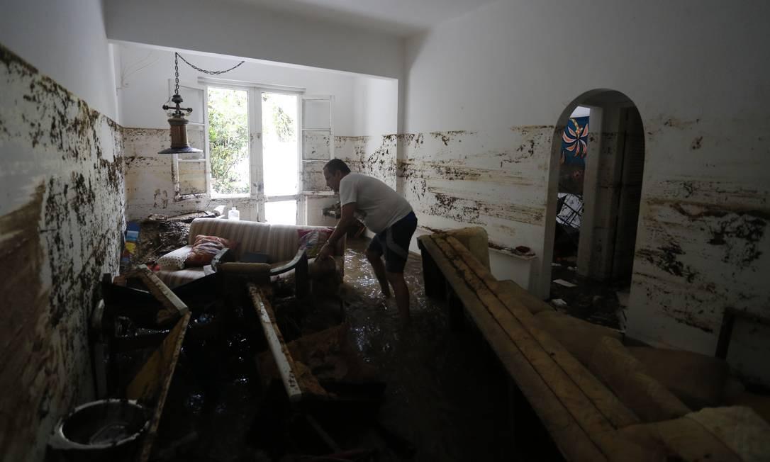 Crivella foi eleito prefeito do Rio com 1.700.030 votos. O síndico Raul Rocha tenta limpar um apartamento no bairro do Jardim Botânico, zona zul do Rio. Foto: Pablo Jacob / Agência O Globo