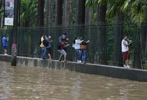 Chuva forte provoca alagmentos e estragos pela cidade. Na foto, a Rua Jardim Botânico. Foto: Pablo Jacob / Agência O Globo