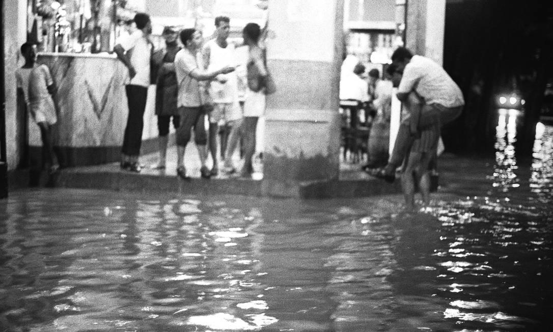 Em bar, cariocas aguardam que enchente passe, em 1969 Foto: Agência O Globo