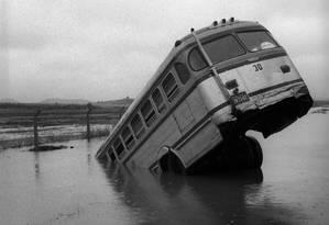 Por causa de enchente, ônibus caiu em canal entre a Rua General Savage e o Campo dos Afonsos, Santa Cruz, Rio de Janeiro, 1959 Foto: Agência O Globo
