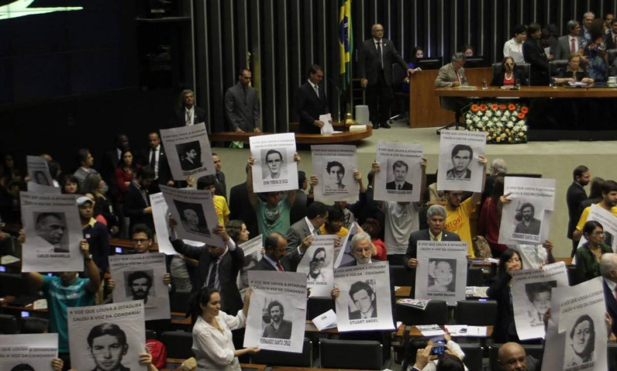 """No fim de março, após determinar que as Forças Armadas comemorassem o golpe militar de 1964, que completou 55 anos, Bolsonaro voltou atrás e disse que a ordem foi para """"rememorar"""" e """"rever o que está certo e o que está errado"""" no período. A declaração gerou protestos, notas de repúdios de instituições brasileiras e também de um dos relatores especiais da ONU Foto: Ailton de Freitas / Agência O Globo"""