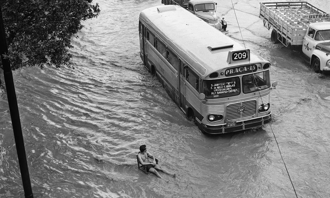 Homem espera passagem da enchente na Praça da Bandeira, Zona Norte do Rio de Janeiro, em 1966 Foto: Agência O Globo