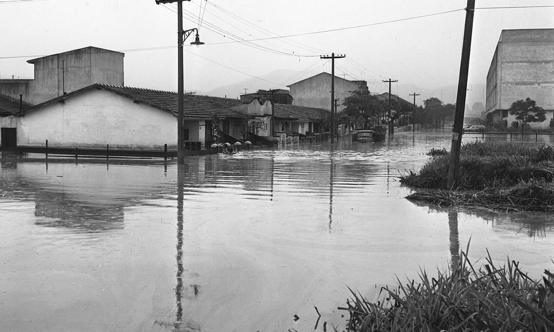 Enchente alaga casas no Rio de Janeiro em 1962 Foto: Agência O Globo