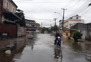 O entregador Pedro Félix enfrentando a inundação Foto: Célia Costa