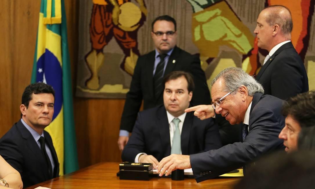 Em 19 de fevereiro, o ministro da Justiça, Sergio Moro, foi ao Congresso e entrega o pacote Anticrime ao presidente da Câmara Foto: Jorge William / Agência O Globo