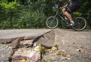 Pista com problema na Avenida Pedro Moura, próximo à entrada do Parque Municipal Marapendi Foto: Bruno Kaiuca / Agência O Globo